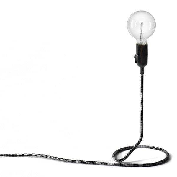 La lampe à poser CORD LAMP transforme astucieusement le fil d'alimentation en pied de lampadaire