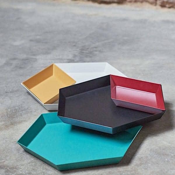 KALEIDO, bandejas laqueadas de aço, HAY, disponível em cinco formas geométricas inteligentes para usos múltiplos - deco e design