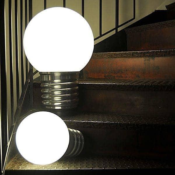 BASIC, una lampada da terra o una lampada da tavolo, presa in alluminio lucido, globo in polietilene