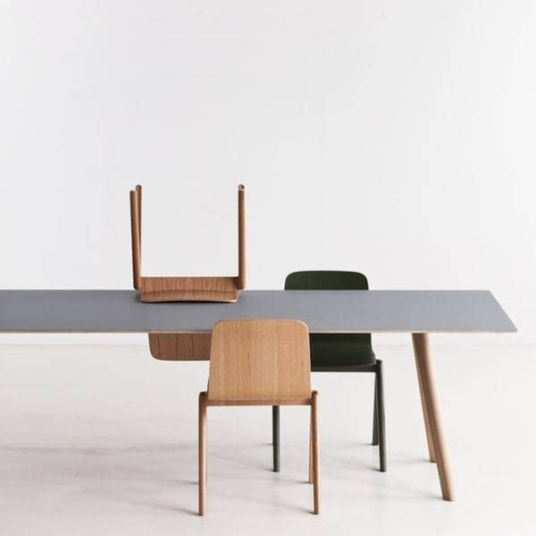 La mesa de comedor COPENHAGUE CPH30, hecho en madera maciza y madera  contrachapada, de Ronan y Erwan Bouroullec - deco y el diseño