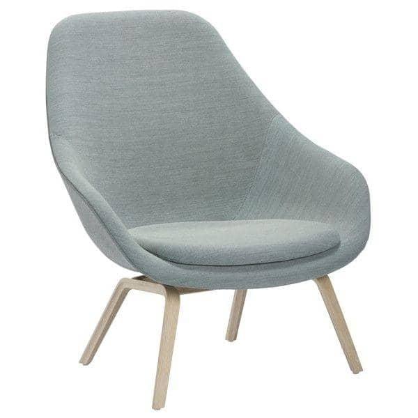 Le fauteuil About a Lounge Chair - réf. AAL93 - dossier haut, piétement bois multiplis, un grand choix de coloris, coussin d'assise fixe inclus - confort nordique et personnalisation maximum