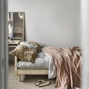 POP,一种非常舒适的斯堪的纳维亚可转换沙发,带有复古气息。木和蒲团。