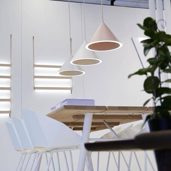 ANNULAR lampada a sospensione: un cerchio perfetto di luce registrata sul perimetro conico, led illuminazione, progettata da MSDS studio per WOUD