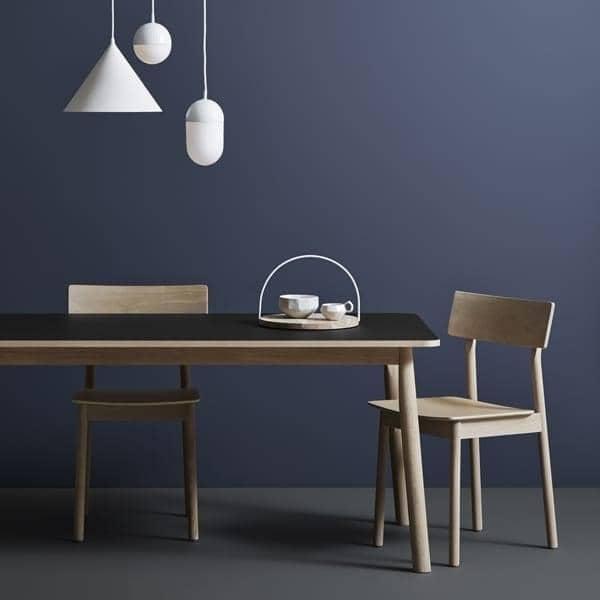 Den PAUSE stol, bygget i massivt tre, av finske designeren Kasper Nyman. WOUD