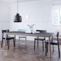 La mesa de comedor PAUSE, construida en madera maciza, es generosa y el pensamiento para el uso diario. WOUD