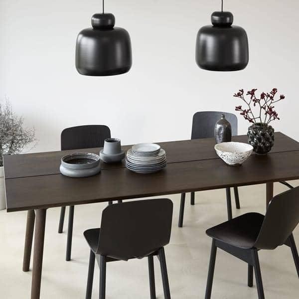 ALLEY : típicamente escandinavo, una mesa de comedor en madera maciza con  carácter y personalidad