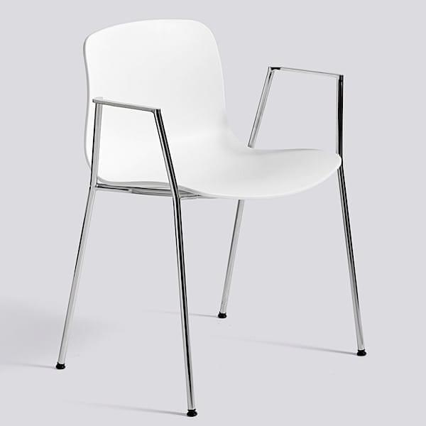 La chaise About a Chair par HAY - réf. AAC18 et AAC18 DUO - assise en polypropylène, avec accoudoirs, empilable, piétement acier cintré 16 mm.