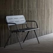 RAYによって設計されたアームレスト付きの屋外ベンチ、 WOUD